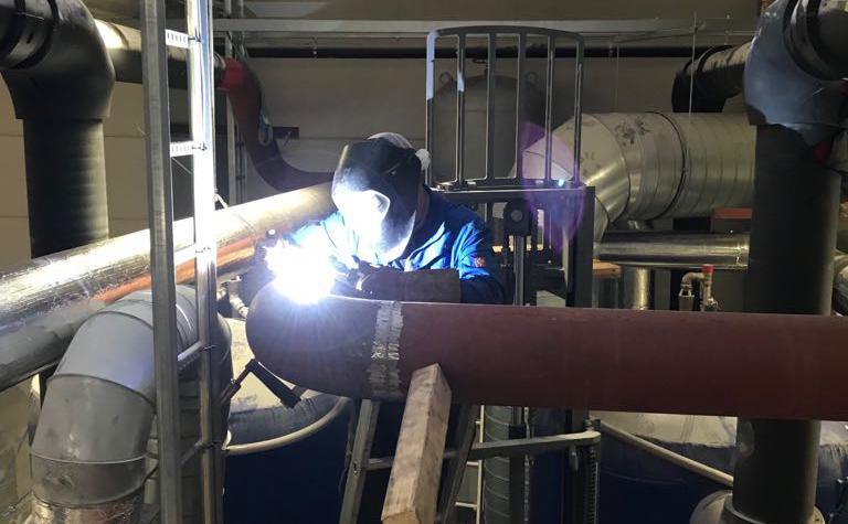 laswerkzaamheden aan hydraulische leiding voor ijswaterkoeling